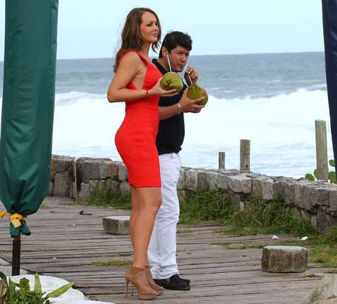 Gabriela Spanic, de A Usurpadora, vai à praia de salto alto