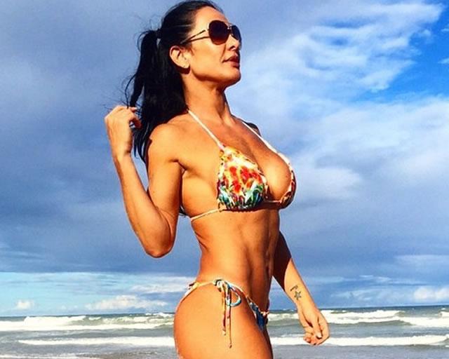 Ex-dançarina Scheila Carvalho exibe corpão em praia