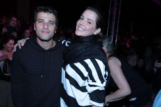 Grávida, Deborah Secco prestigia desfile de moda com Bruno G