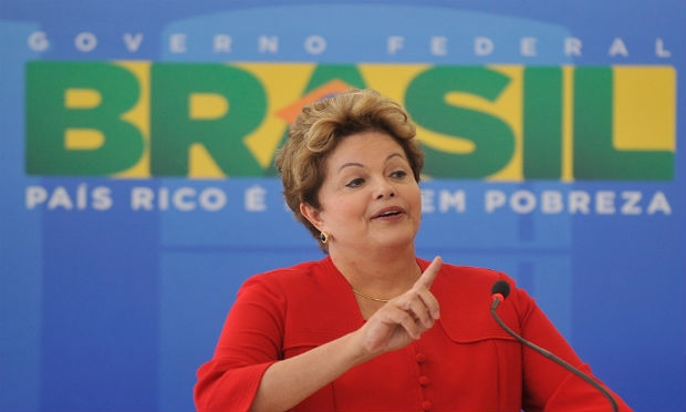 Dilma evita TV e usa rede social para homenagem ao Dia das M